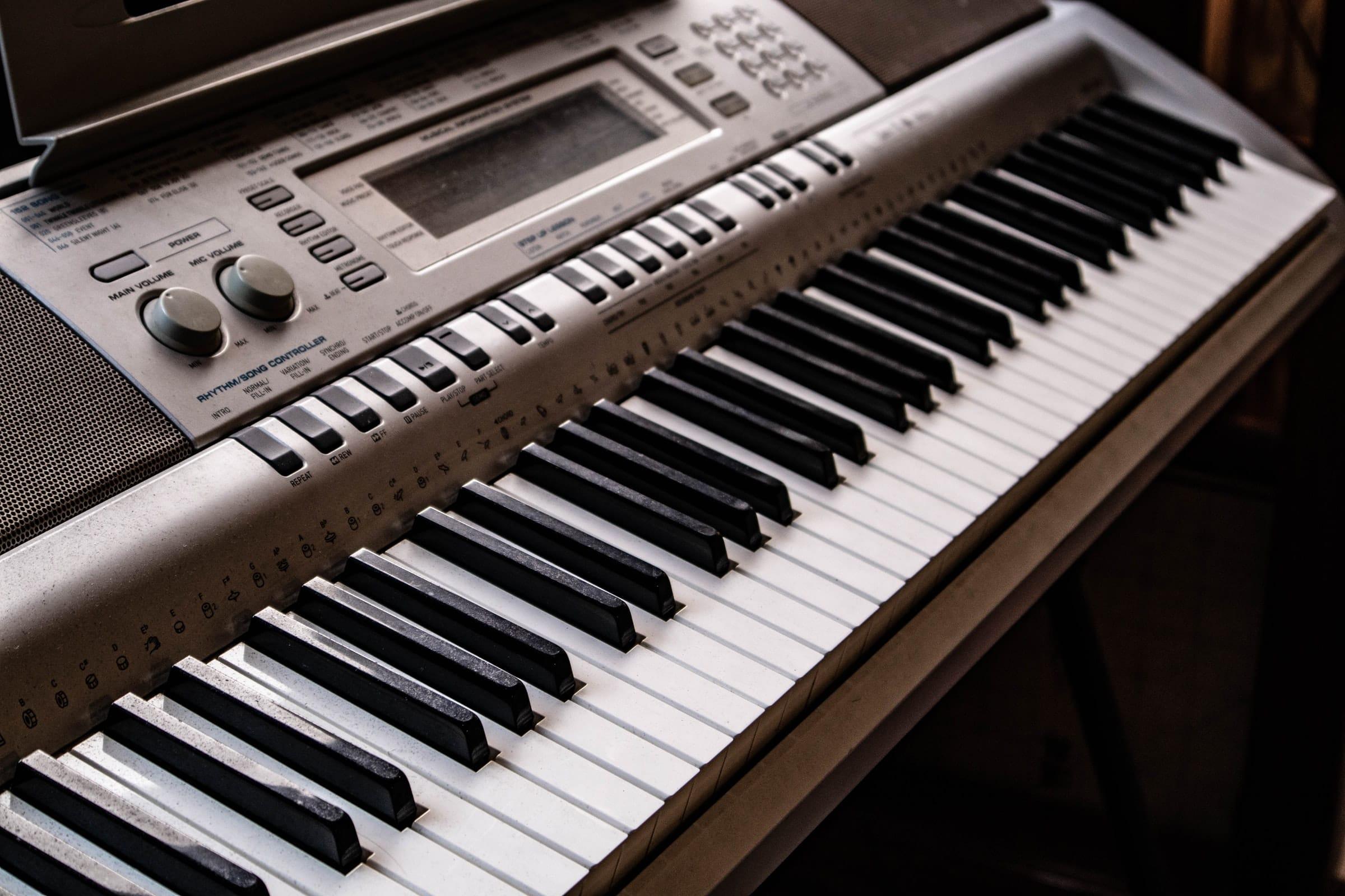 Pianos numériques avec 88 touches à contrepoids